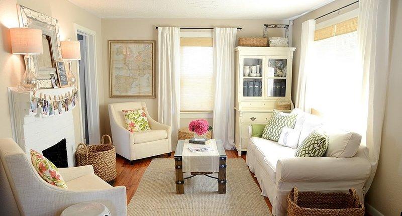 Белая мебель в интерьере маленькой гостинной