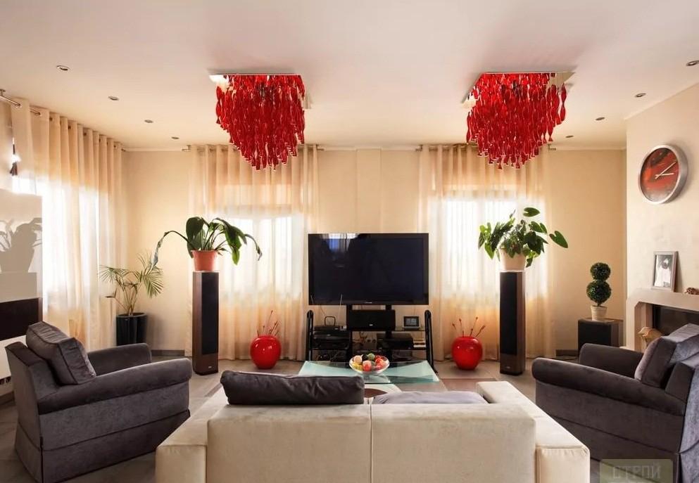 Большие люстры в гостиной 20 кв.м в классическом стиле
