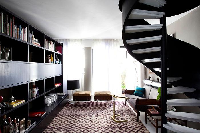 Вариант винтовой лестницы в двухуровневой квартире