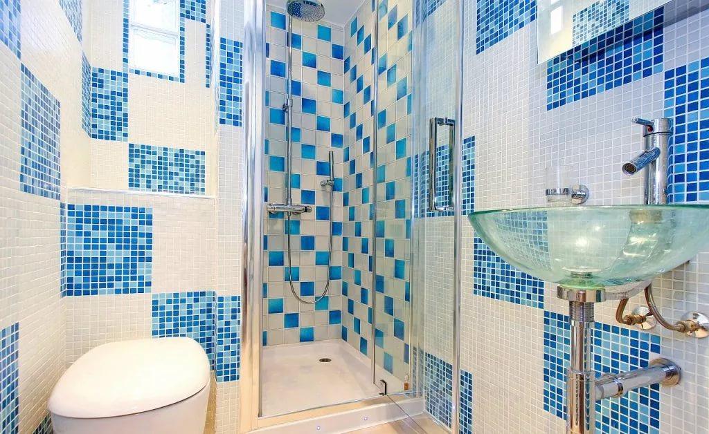 Вариант отделки стен маленькой ванны плиткой и мозаикой