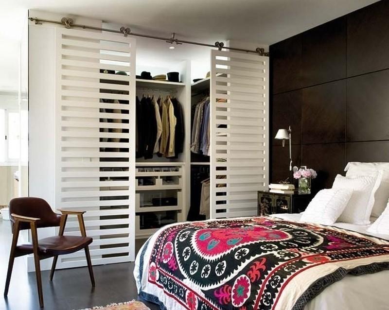 Вариант раздвижных дверей в гардеробной