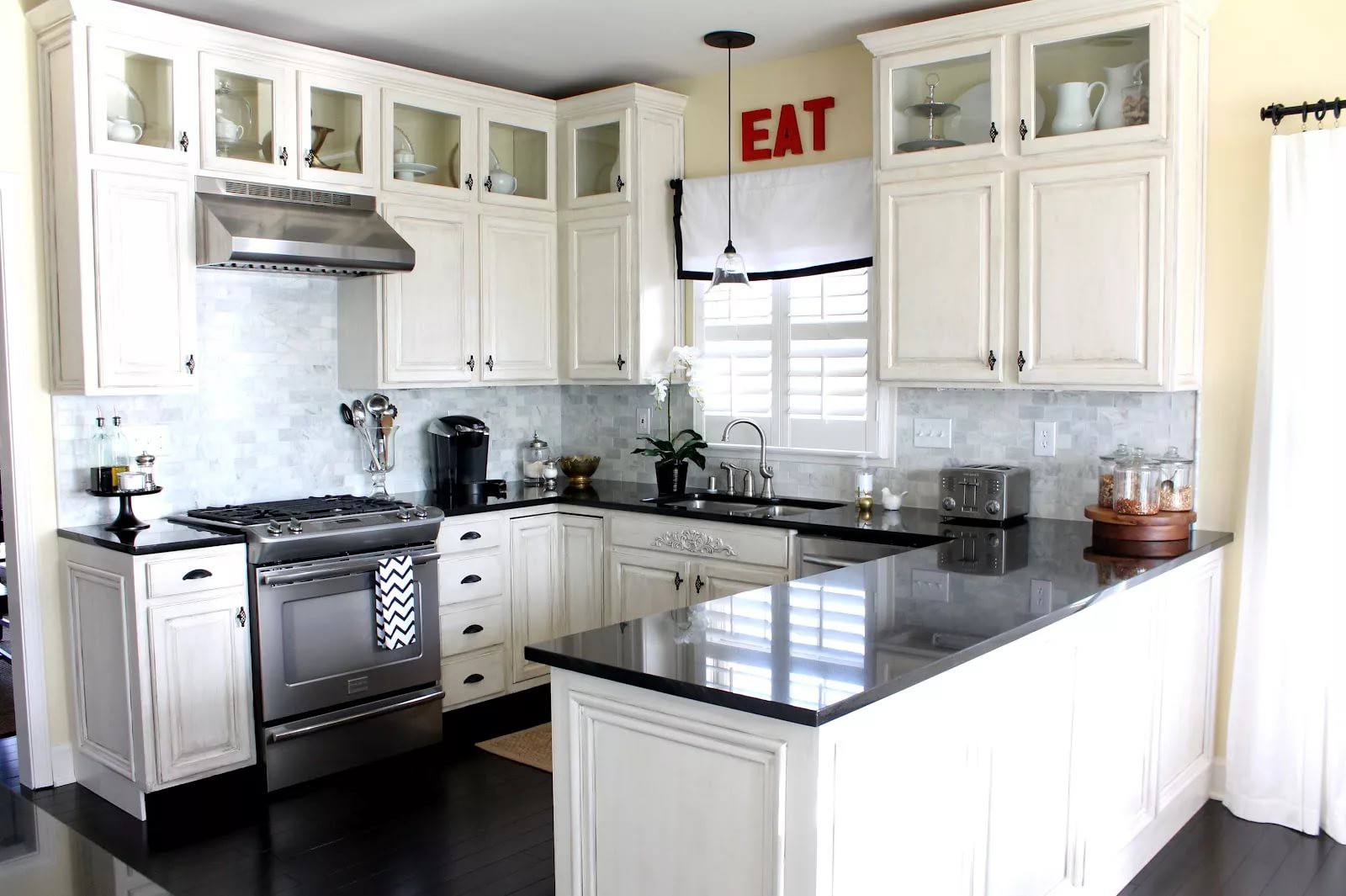 Вариант размещения мебели на кухне 12 кв.м.
