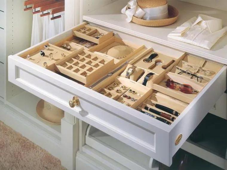 Витрина для хранения дорогих украшений в гардеробной