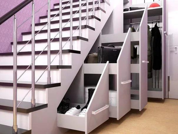 Гардеробная под лестницей в двухуровневой квартире