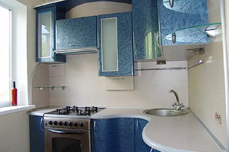 Голубая мебель в интерьере кухни в двухкомнатной квартире
