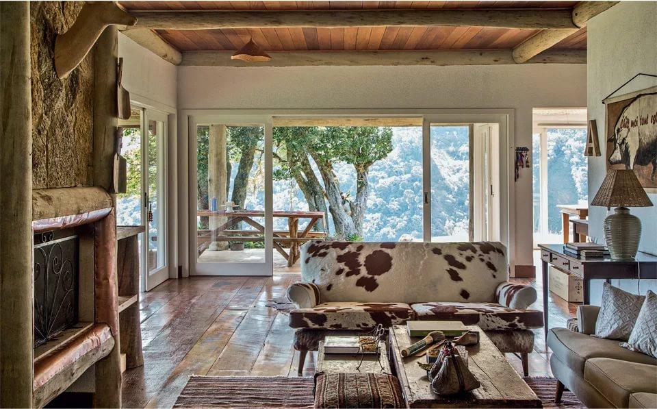Гостиная в африканском стиле в деревянном доме