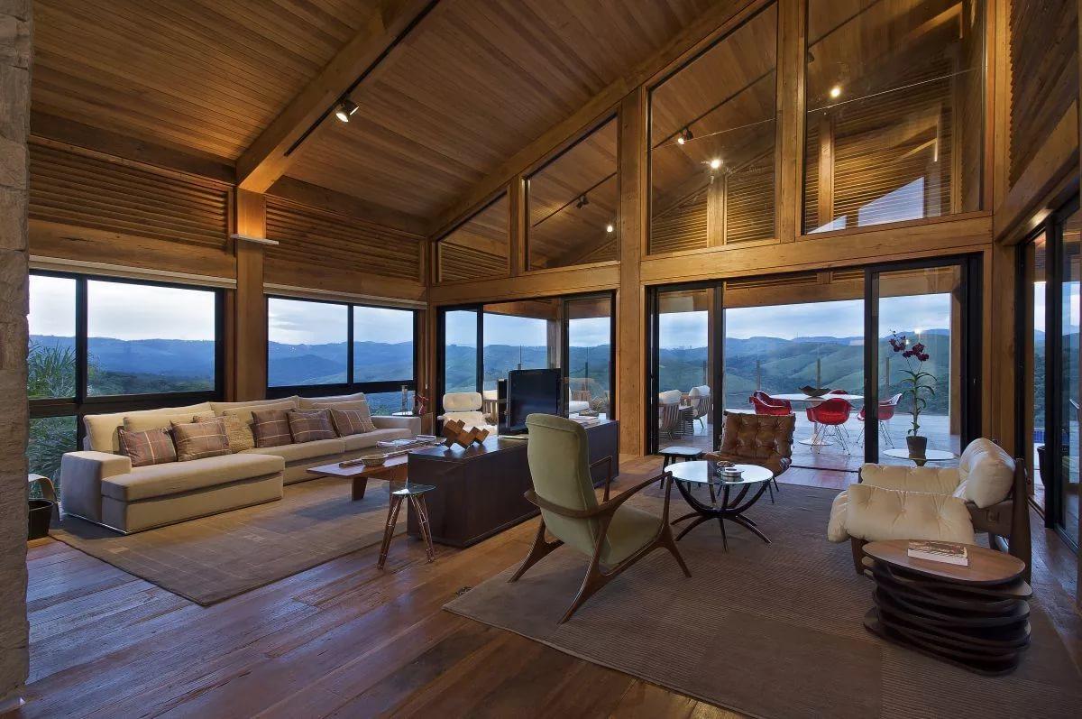 Гостинная на мансарде в деревянном доме