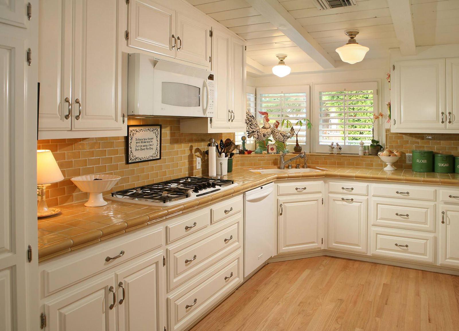 Г-образная расстановка мебели в угловой кухне