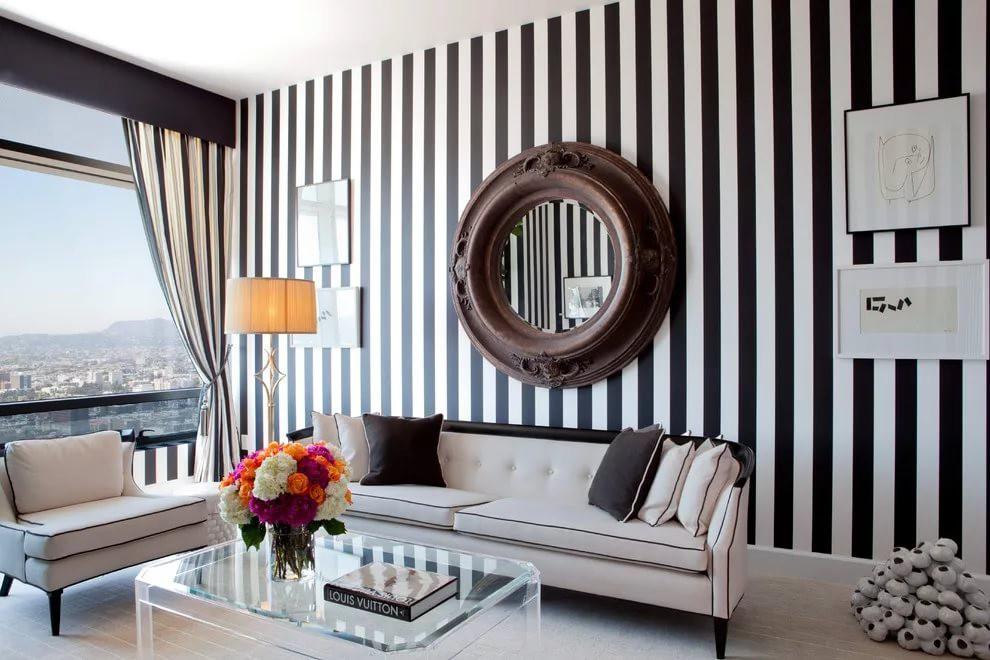 Декорирование вртикальными полосами гостиной 18 кв.м