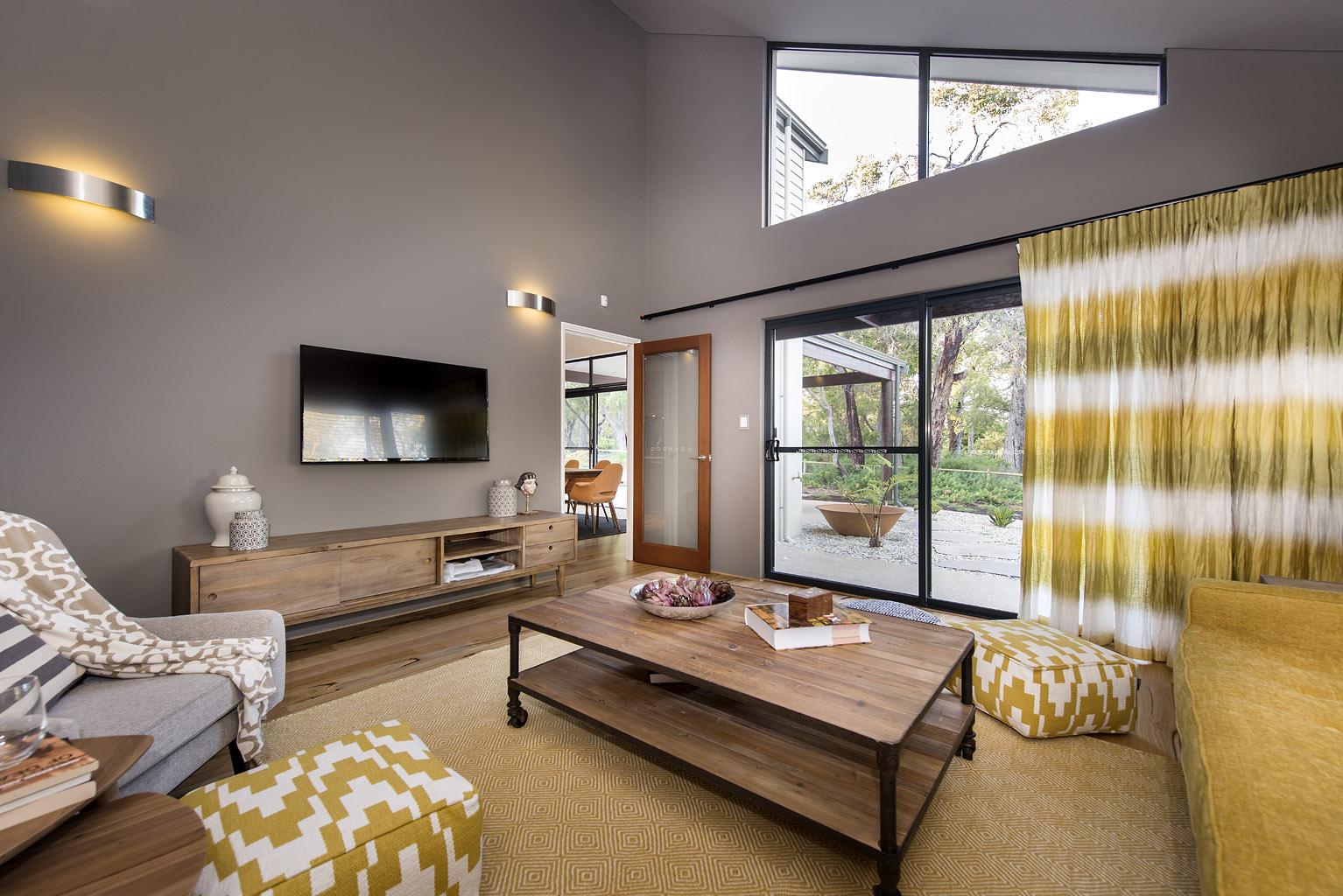Дизайн гостинной котеджа в бежево-желтых тонах