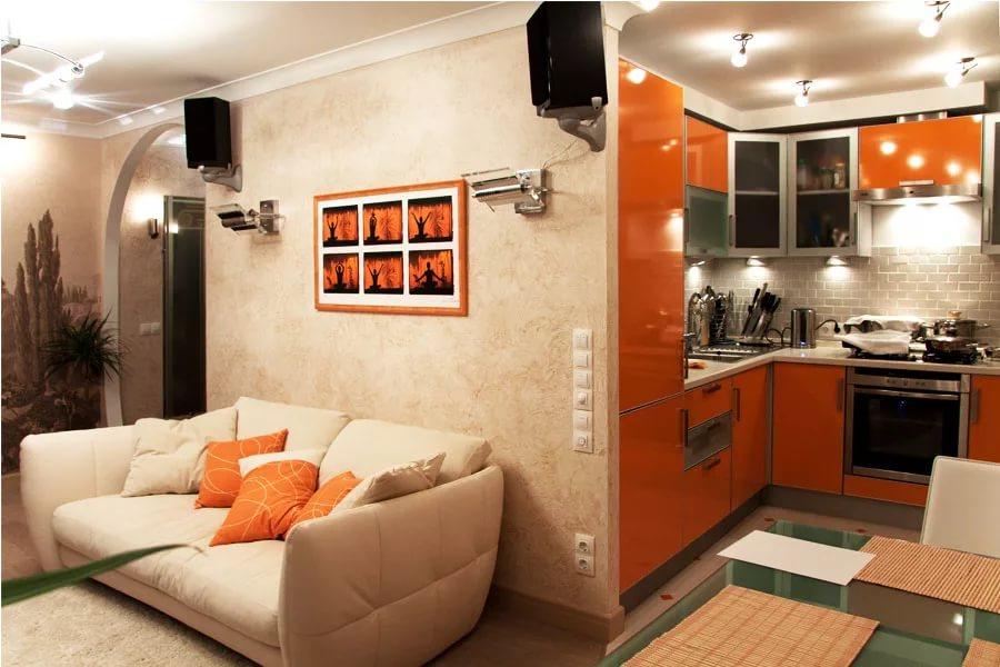 Дизайн гостиной совмещенной с кухней в бело-оранжевых тонах