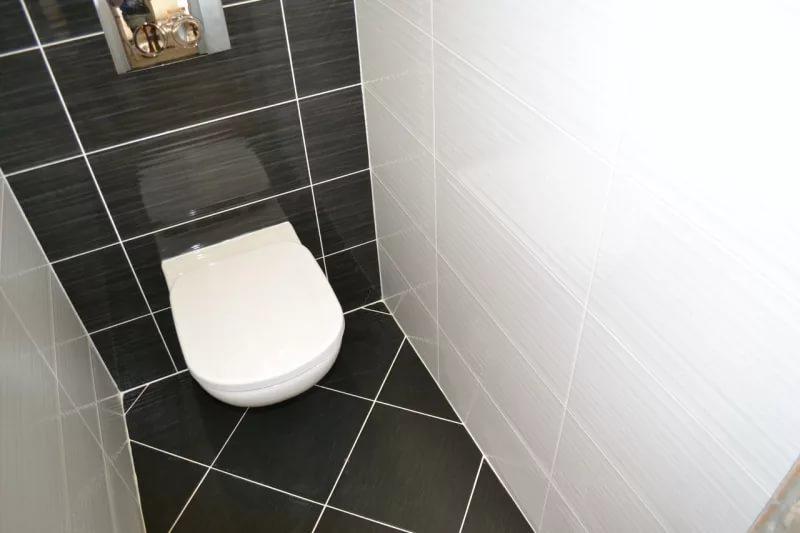 Дизайн туалета в контрастных тонах