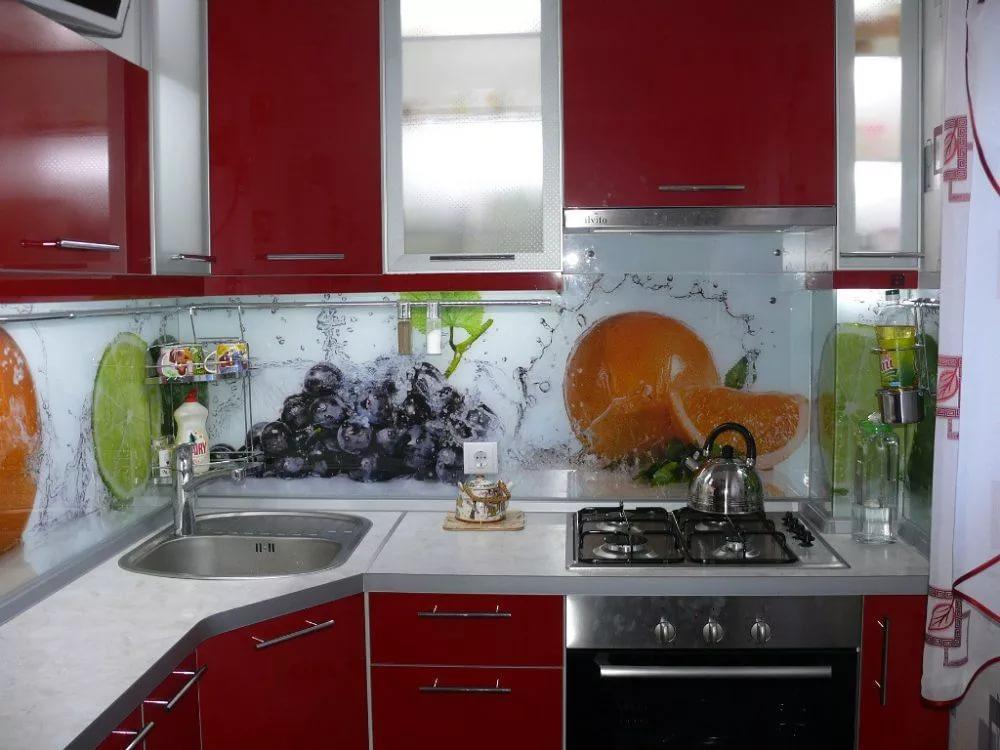 Дизайн яркой кухни в двухкомнатной квартире