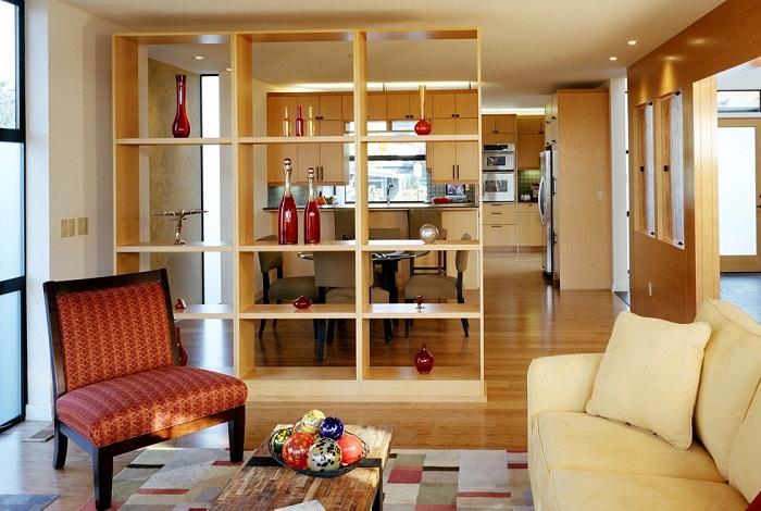 Зонирование гостиной-кухни стелажом