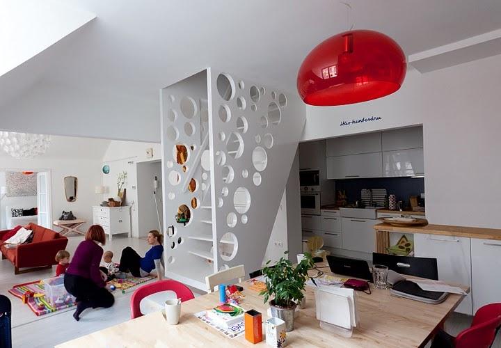 Игровая зона под лестницей в двухуровневой квартире