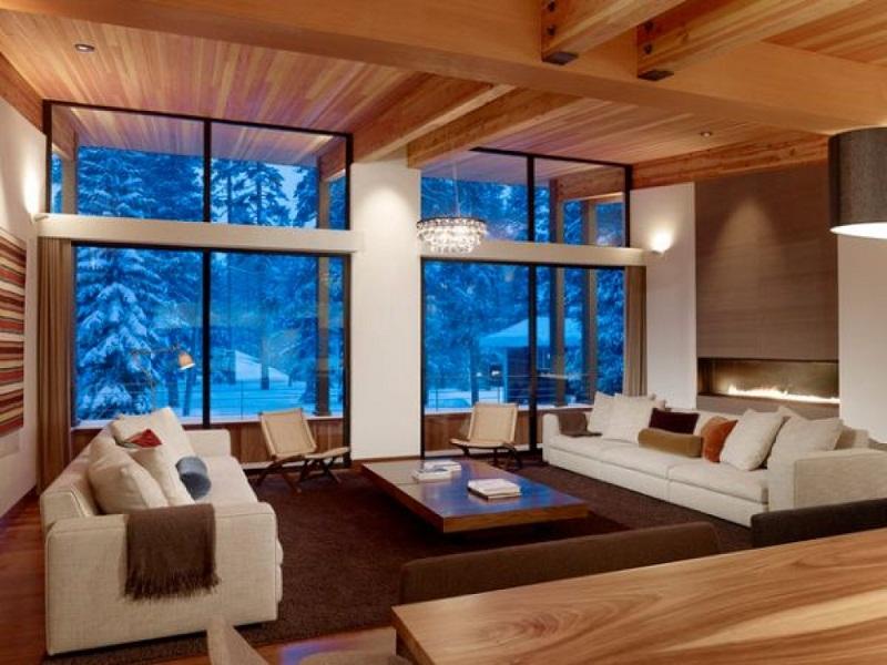Интерьер гостинной в деревянном доме