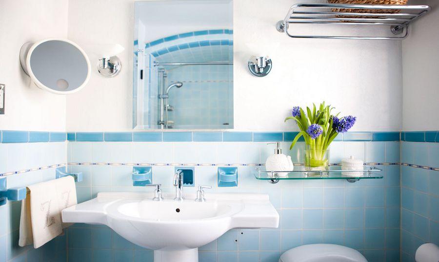 Интерьер маленькой ванной в бледно-голубых тонах