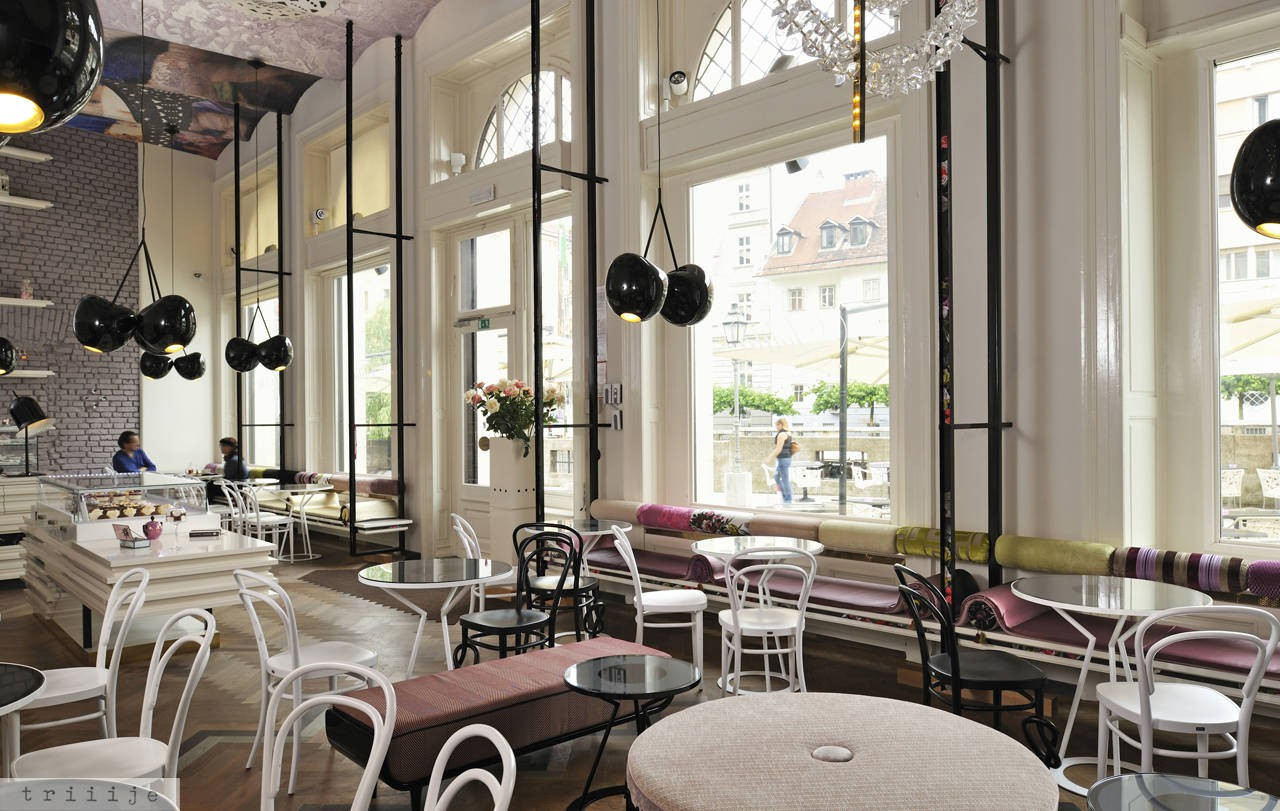 Классическая кофейня в светлых тонах
