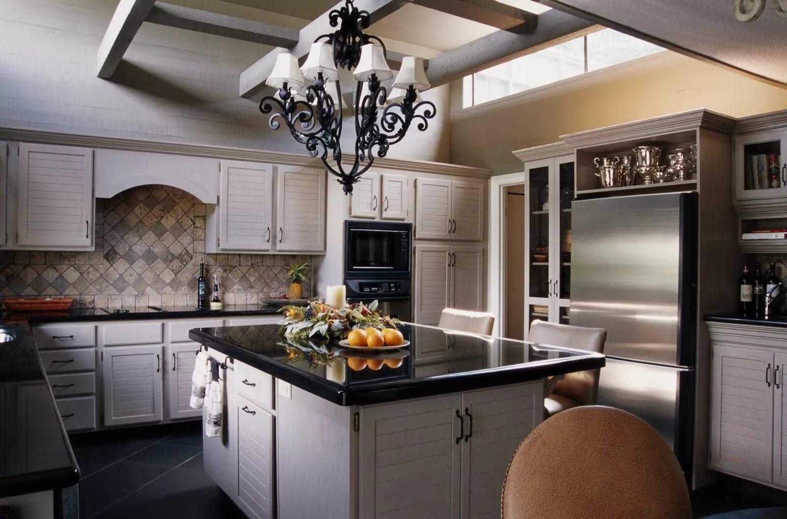 Классическое оформление кухни в двухкомнатной квартире