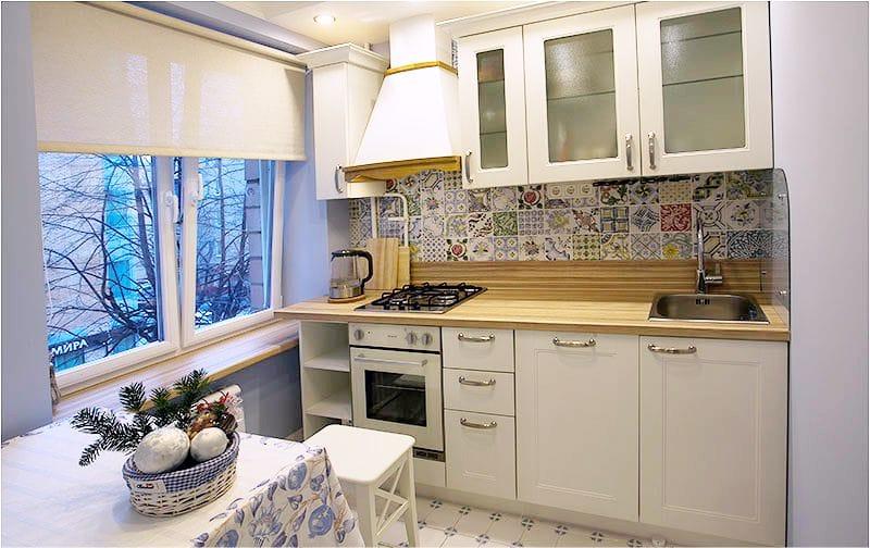 Компактное размещение мебели на кухне в хрущевке