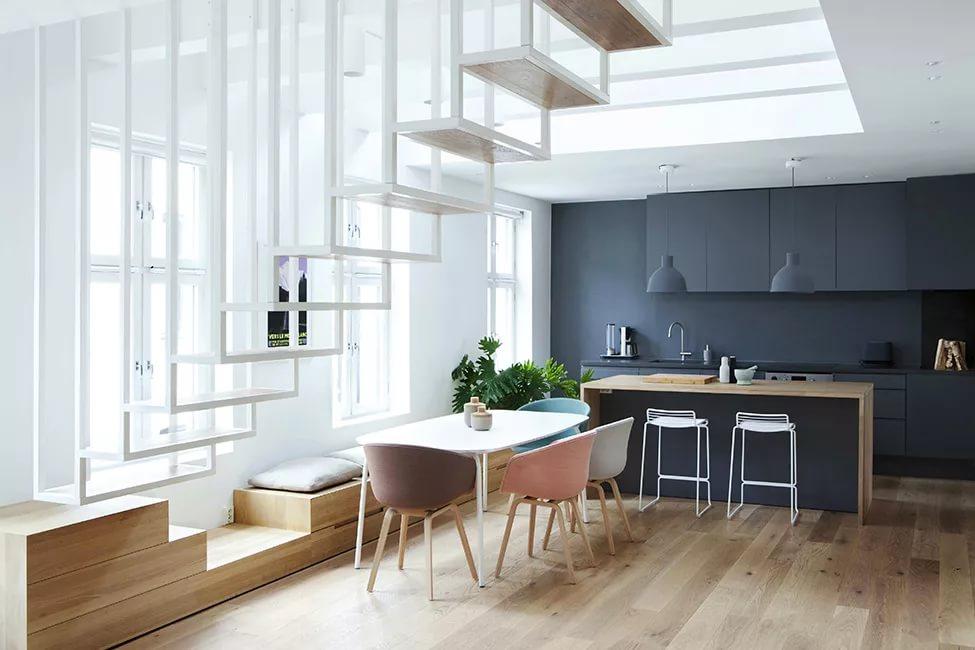 Консольная лестница в двухуровневой квартире в стиле хай-тек