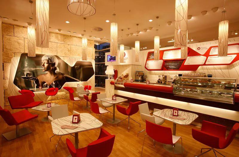 Кофейня с красно-белой мебелью