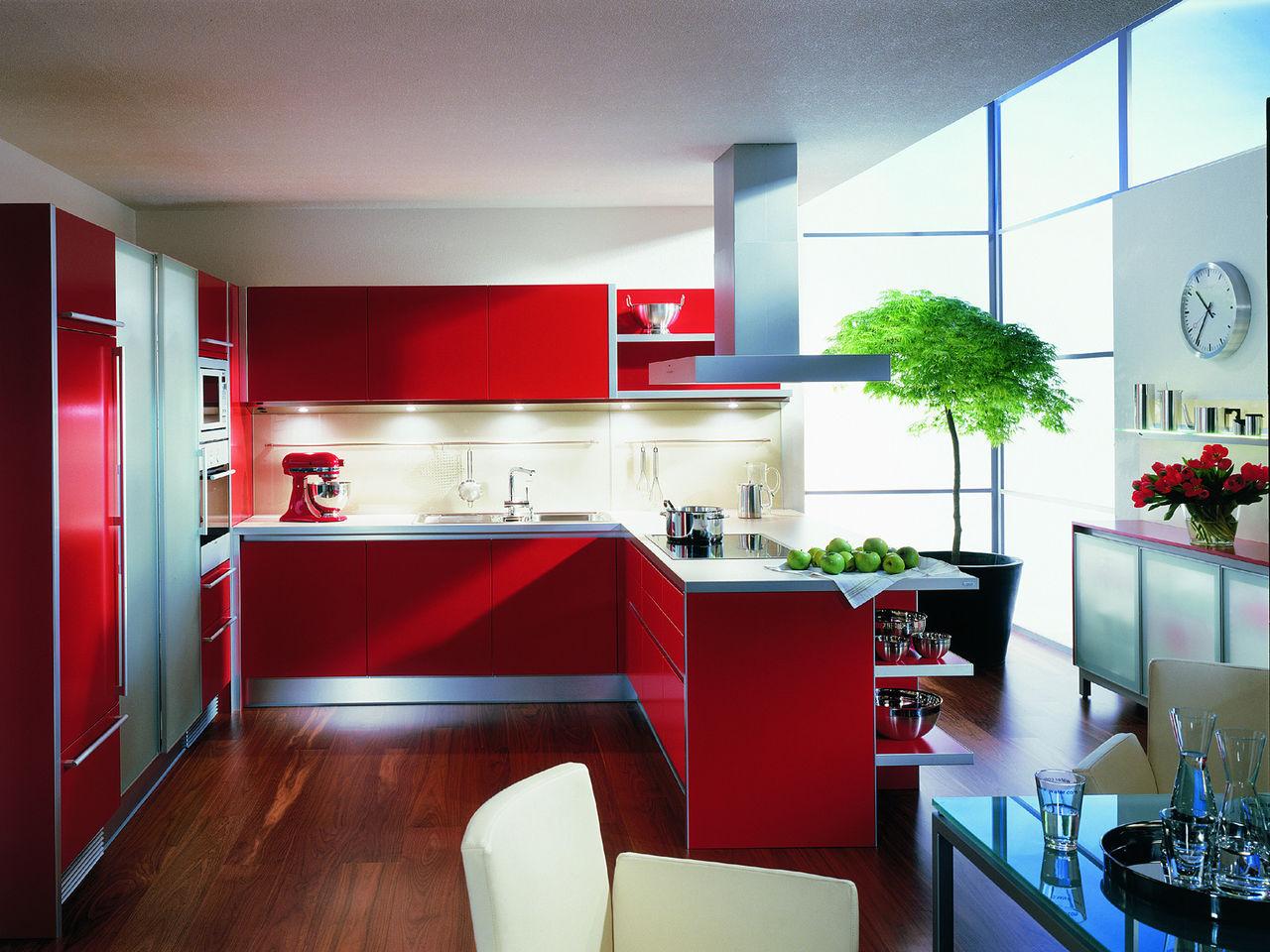 Красная мебелировка в дизайне кухни в двухкомнатной квартире