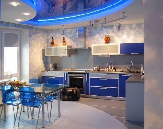 Кухня совмещенная с гостиной в бело-голубых тонах