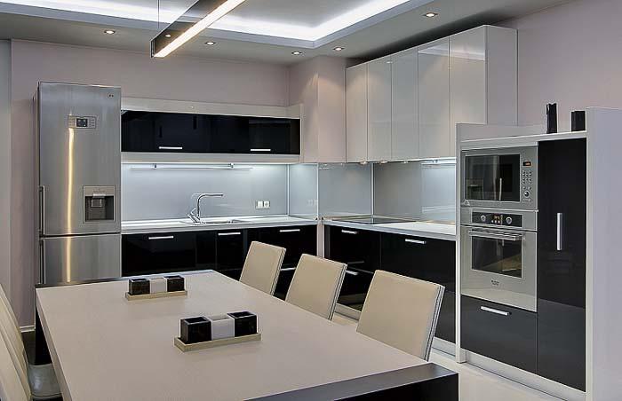 Кухня 12 кв.м. в контрастных тонах