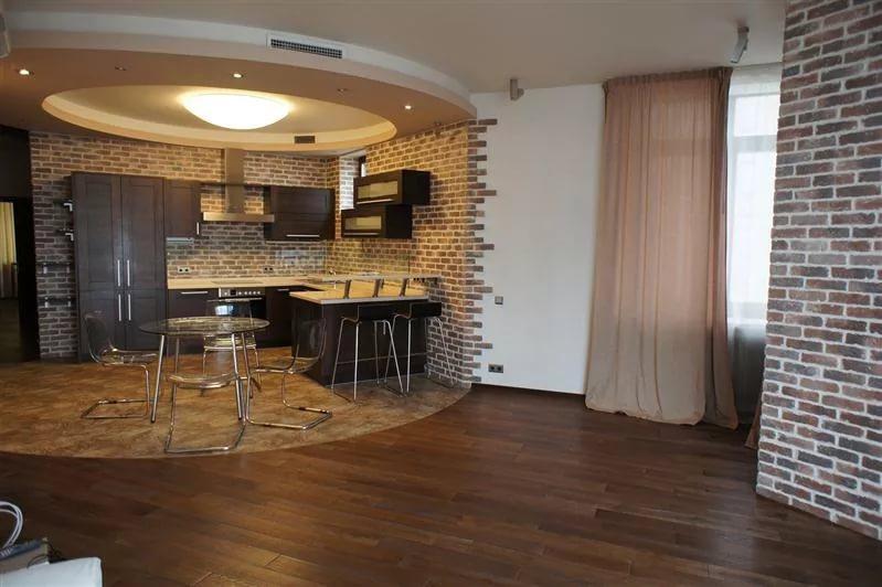 Кухонная зона квартиры в новостройке