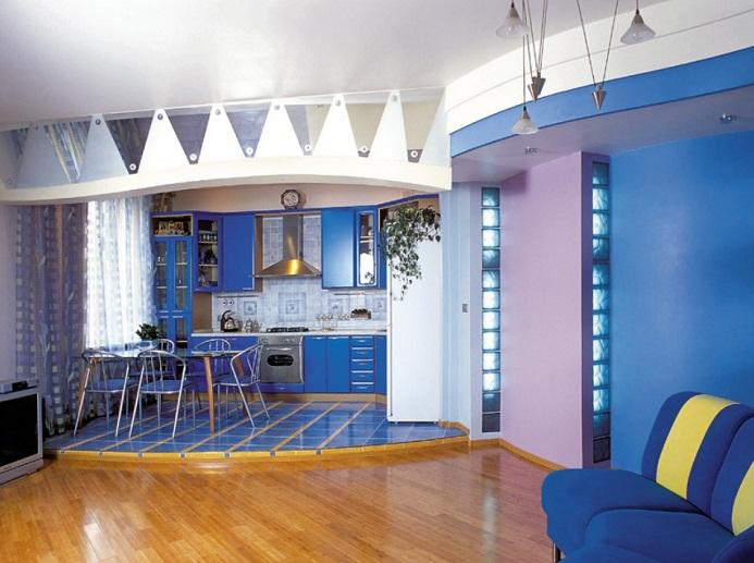 Кухонная и столовая зоны на подиуме
