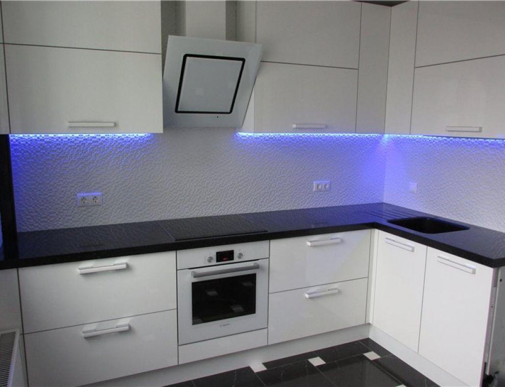 Кухонная мебель с фасадом из белого пластика