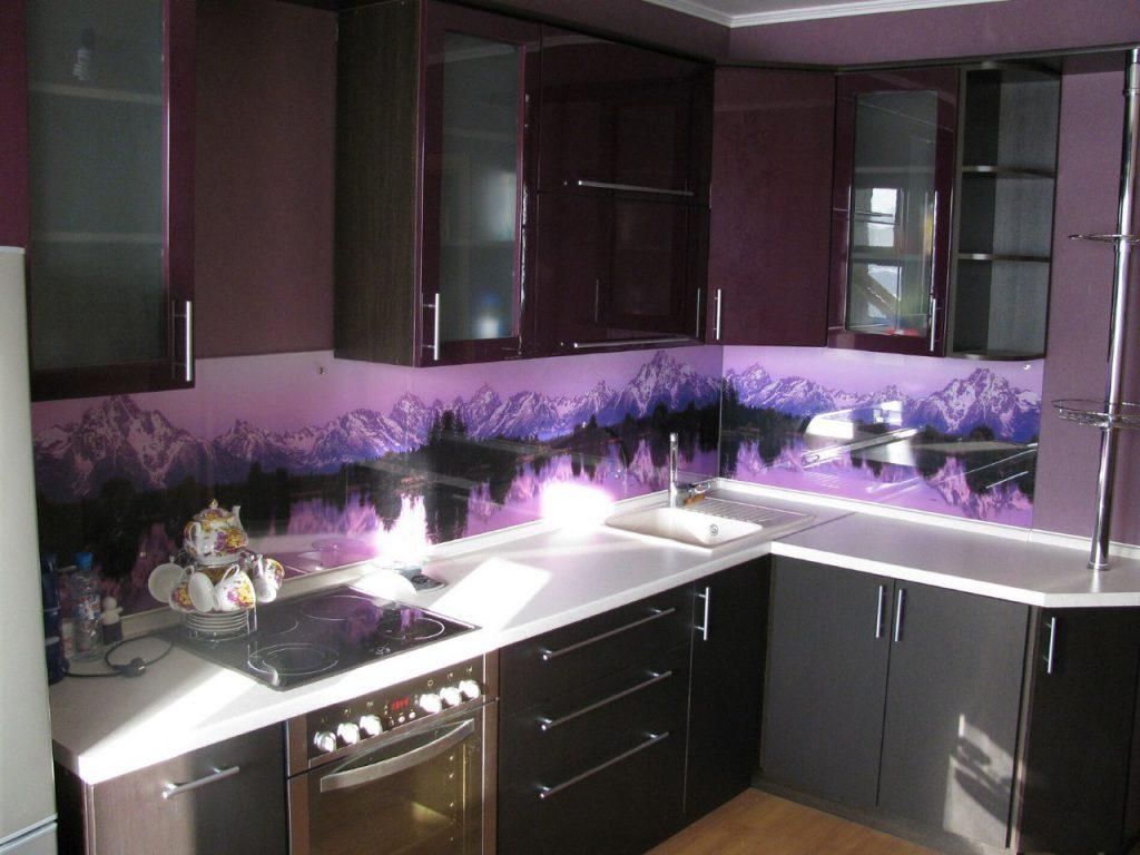 Кухонный фартук из стекла на угловой кухне