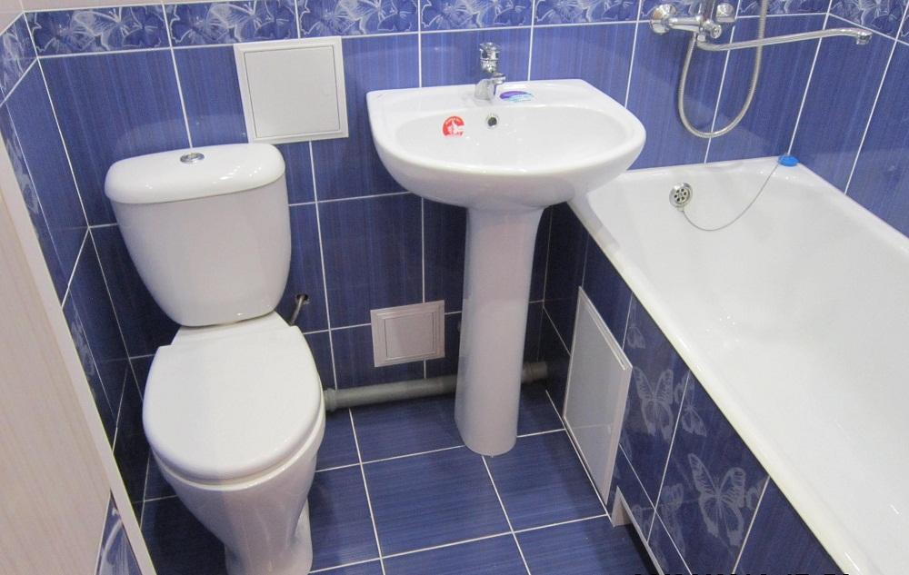 Маленькая ванна отделанная синей плиткой