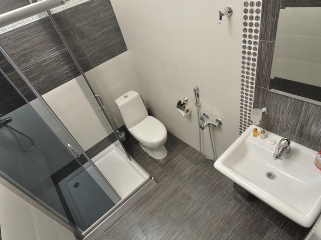 Маленькая душевая кабинка в ванной 4кв.м
