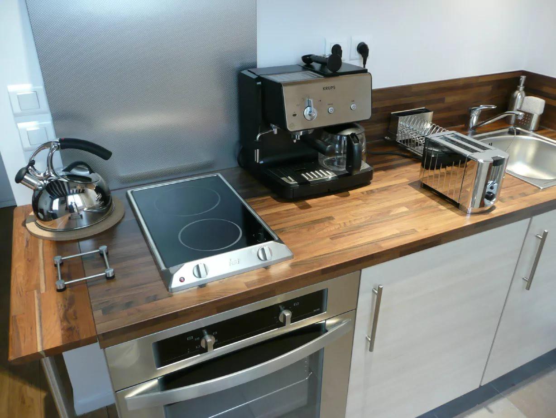 Маленькая электрическая плита на кухне 9 кв. м.