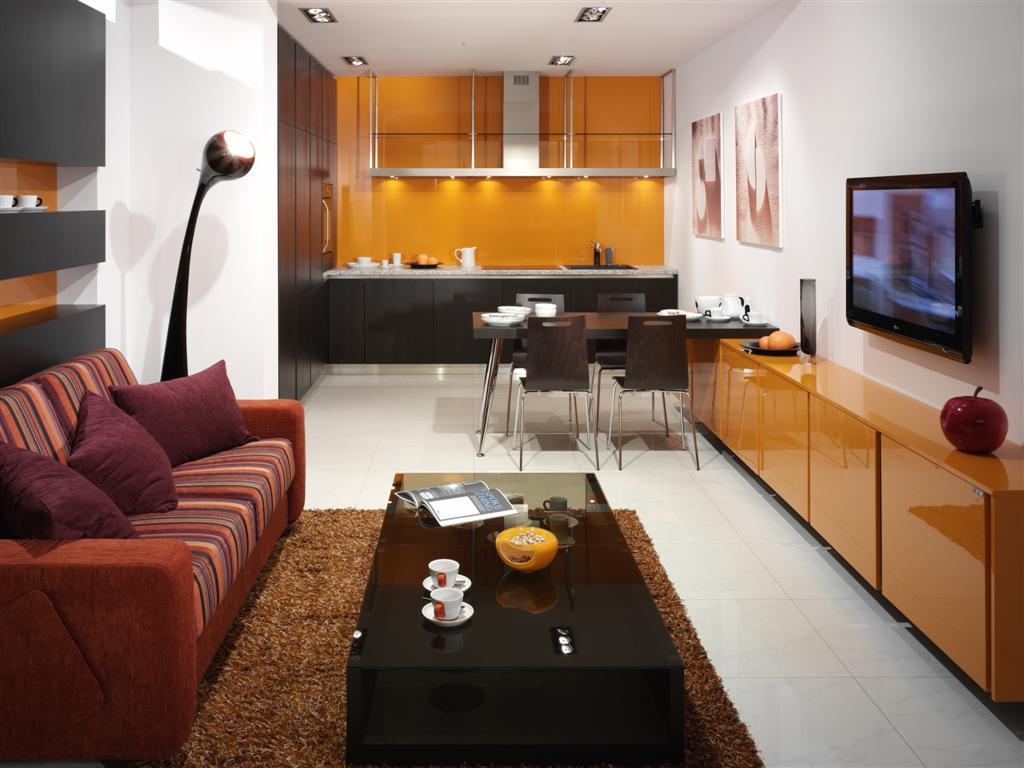 Мебель без ручек в интерьере гостинной-кухни