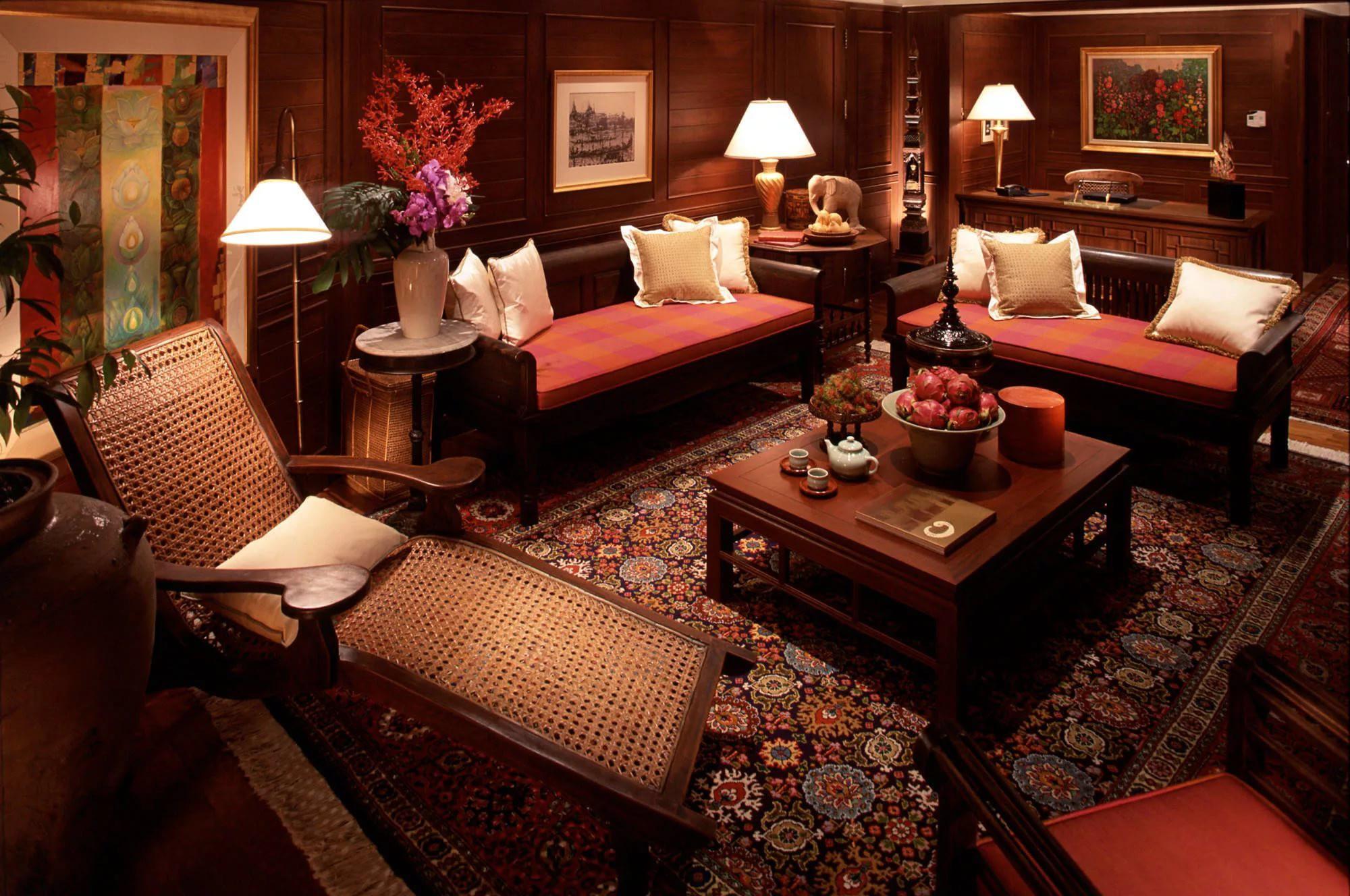 Мебель из натурального дерева в гостиной 20 кв.м