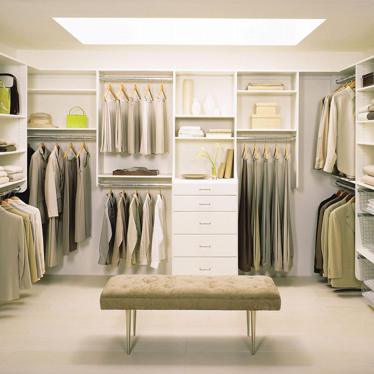 Натяжной потолок в гардеробной