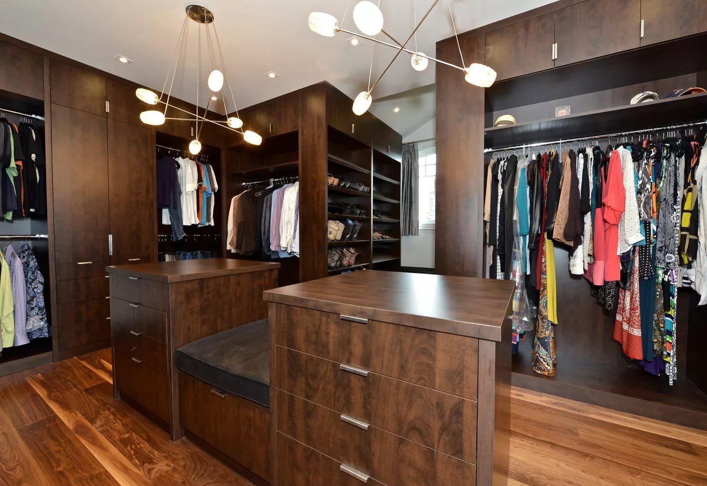 Небольшой стол в гардеробной
