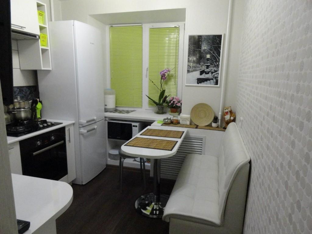 Обстановка маленькой кухни в двухкомнатной квартире