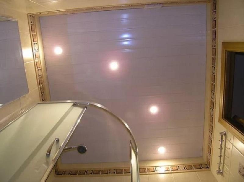 Освещение и натяжной потолок в интерьере маленькой ванной