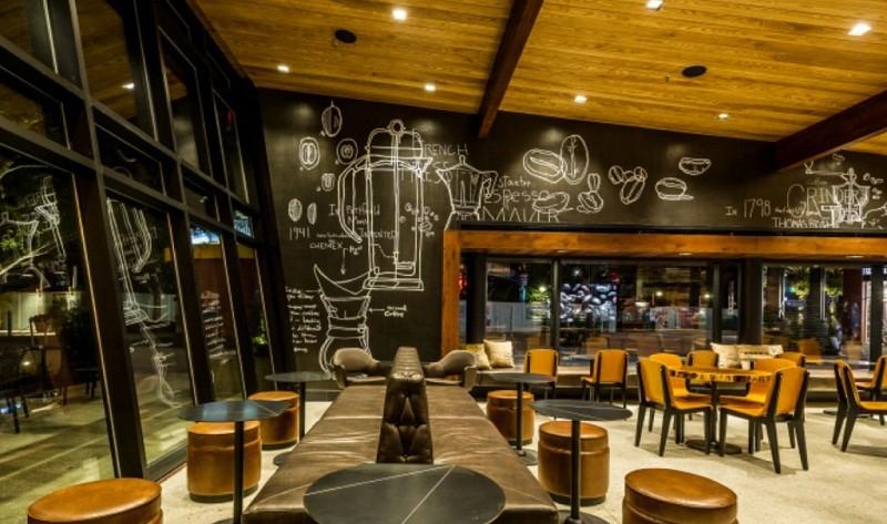 Оформление большого зала в кофейне