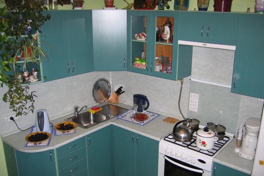 Оформление маленькой угловой кухни в голубых тонах