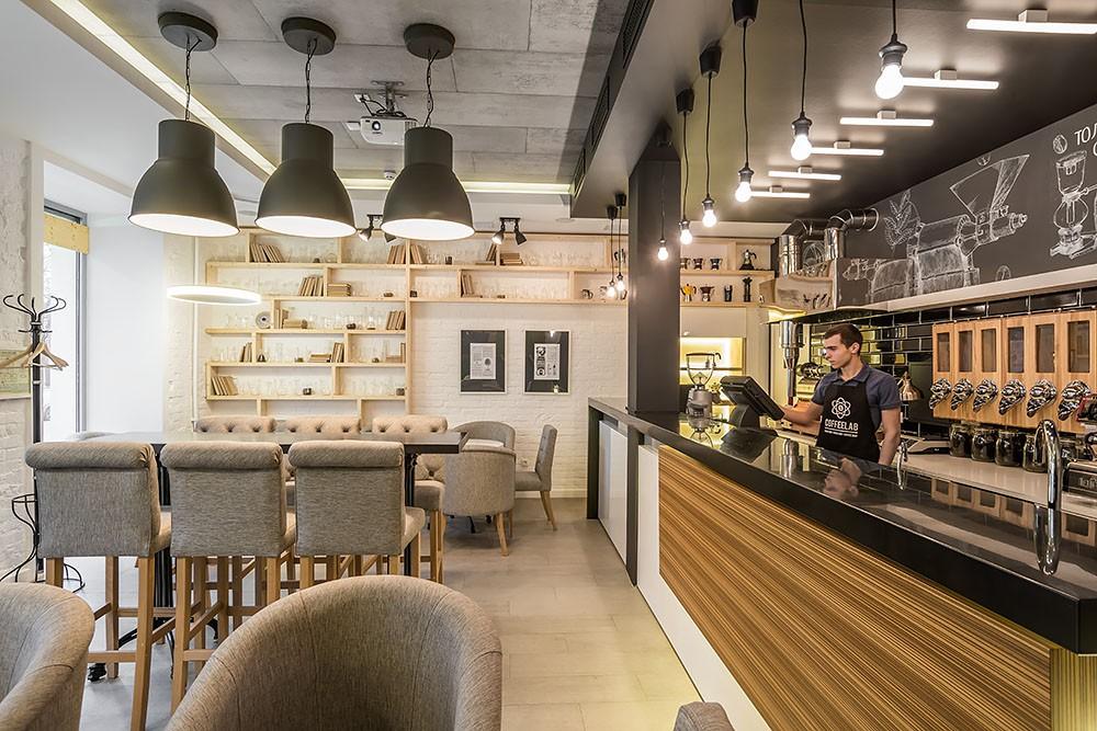Оформление небольшого зала в кофейне