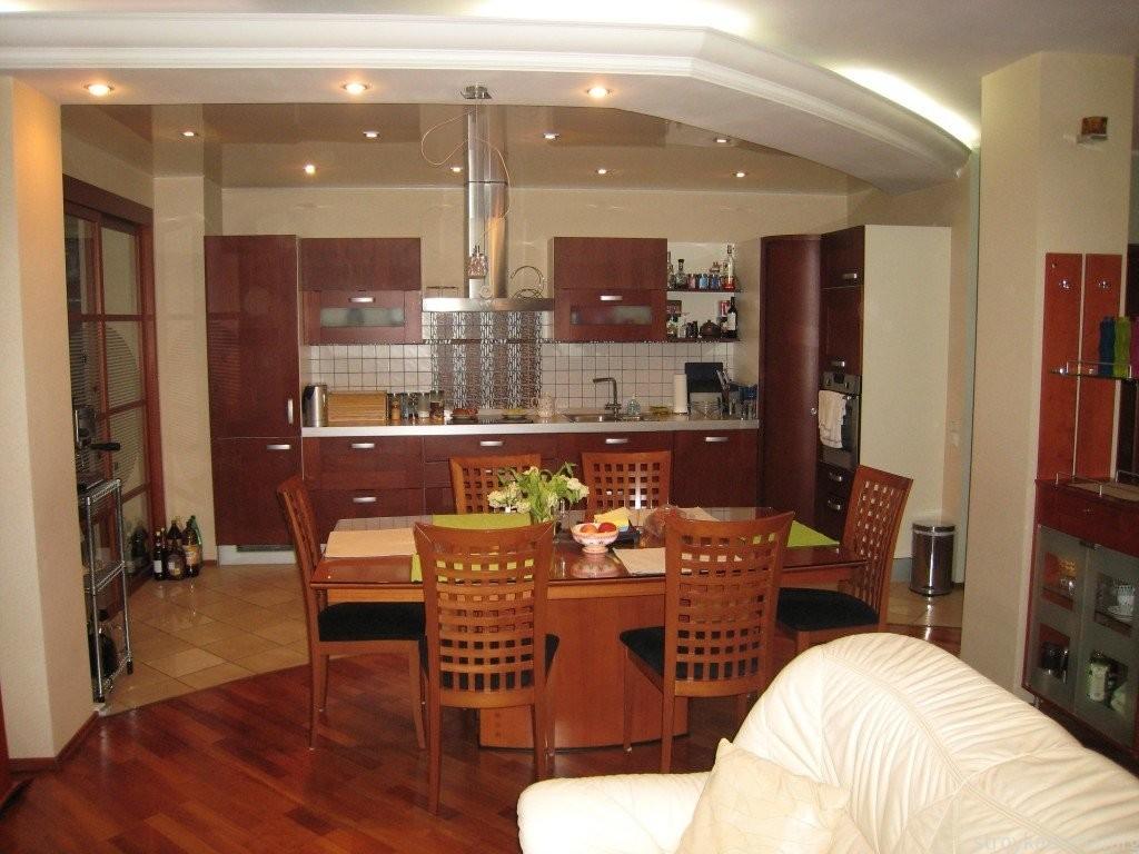 Оформление обеденной зоны в кухне объединенной с гостиной