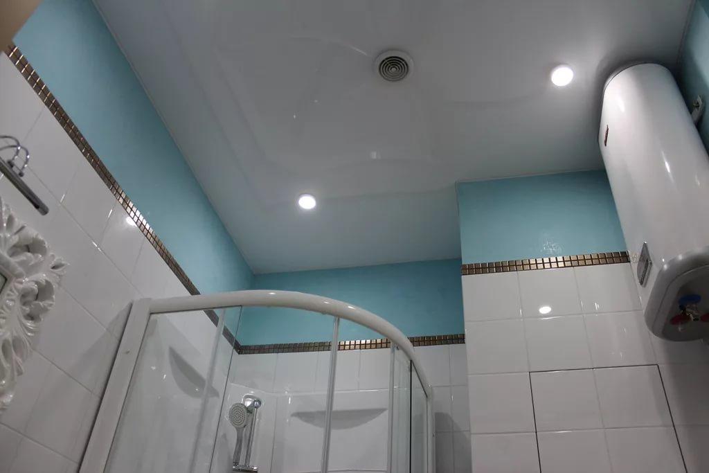 Оформление потолка в маленькой ванной