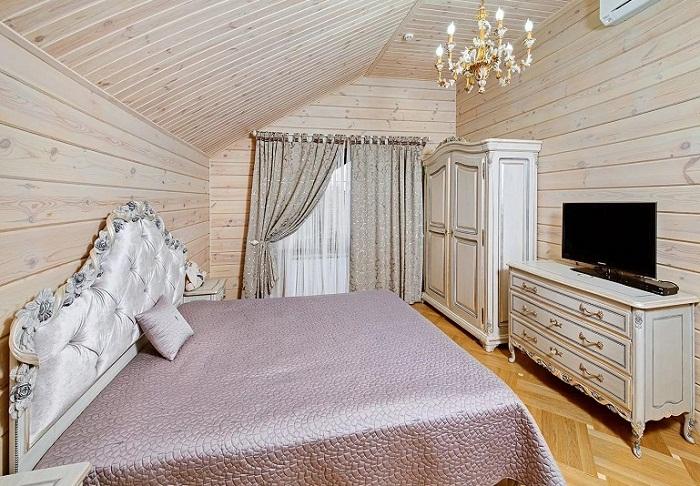 Оформление спальни на мансарде деревянного дома