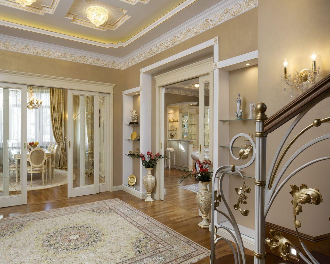 Оформление холла котеджа в классическом стиле