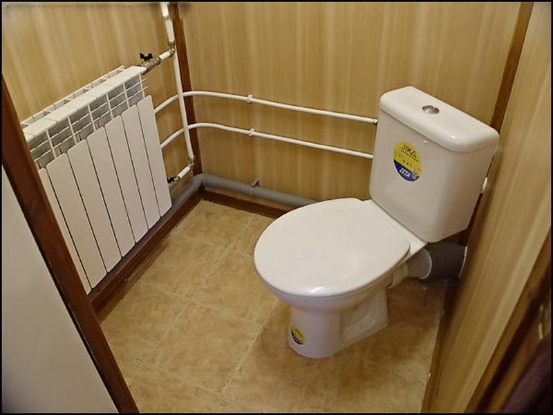 Пластиковые трубы в интерьере туалета